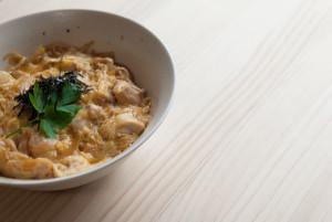 Como hacer Oyakodon ( pollo y huevo sobre arroz)