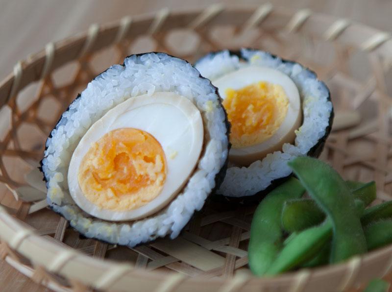 Como hacer onigiri  de huevo marinado al miso.