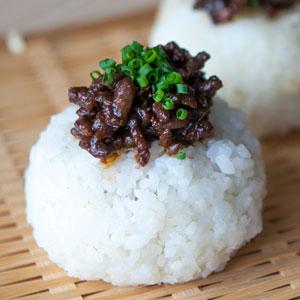 Receta de ONIGIRIS de miso con carne ( NIKUMISO onigiri )